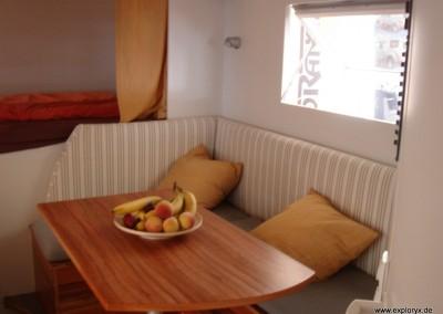 Sitzbank mit Tisch im Expeditionsfahrzeug