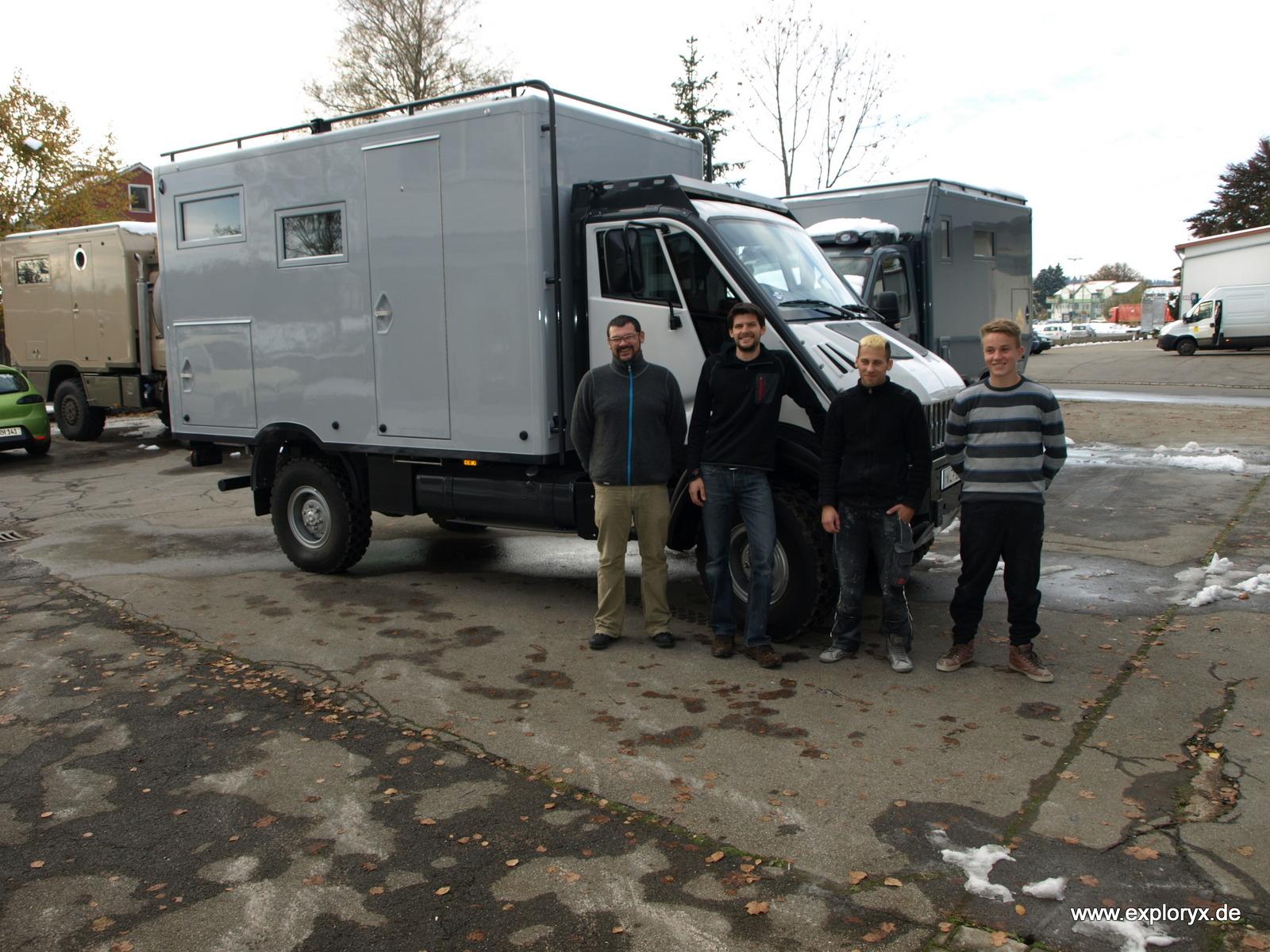 Exploryx Team vor dem Expeditionsfahrzeug Impala T-Rex