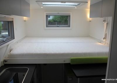 Großzügiges Bett im Wohnmobil