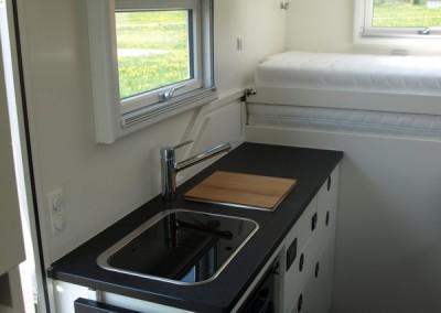 Hochwertige Küche im Expeditionsmobil